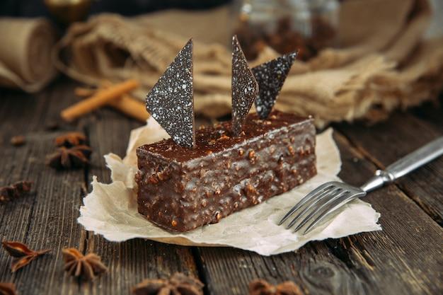 Brownie op houten tafel met vork. landelijke stijl.