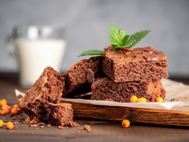 Browniekoekjes liggen op het bord
