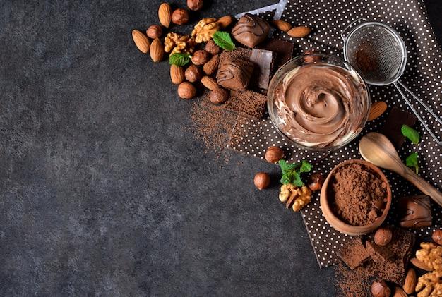 Brownies met noten en chocolade op een zwarte achtergrond