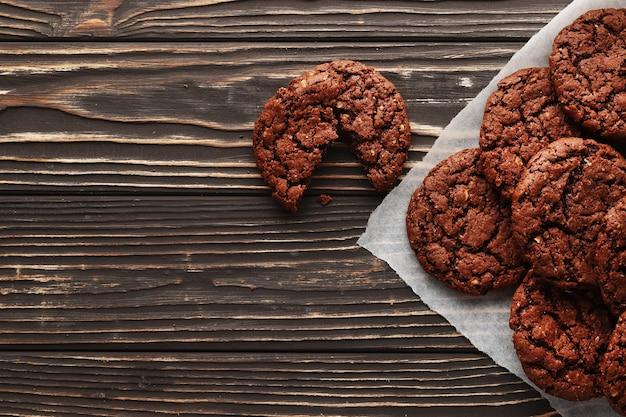 Brownies op houten achtergrond. bovenaanzicht. zoete zelfgemaakte gebak kerst bakken. detailopname.