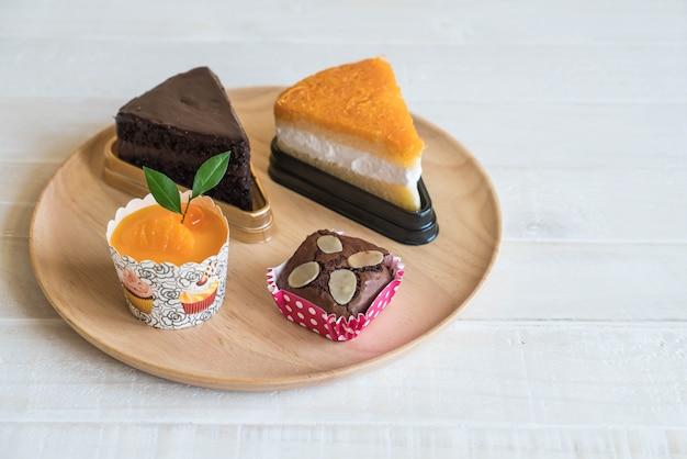 Brownies, oranje cupcake, gouden dradencake en chocoladecake