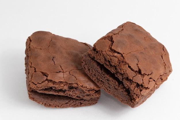 Brownies van chocolade op witte achtergrond.