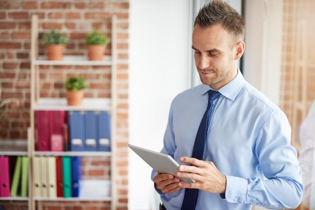 Browsen op digitale tablet op kantoor