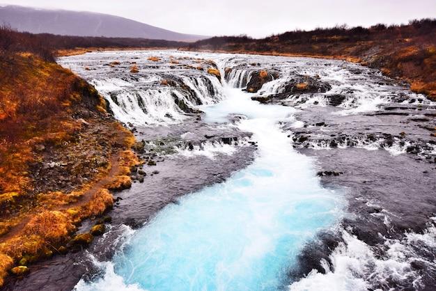 Bruarfoss, de blauwe waterval, een van de beroemde attracties in ijsland