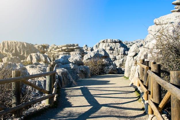Brug bij de ingang van het park el torcal national park, torcal de antequera, provincie malaga, andalusië, spanje.