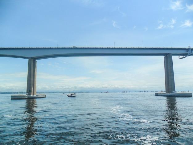 Brug die de steden rio de janeiro verbindt met de stad niteroi, een van de mooiste in brazilië.