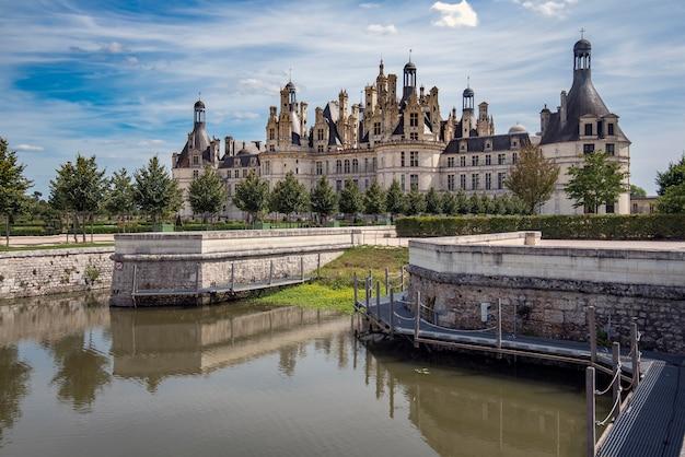 Brug die leidt naar het kasteel van chambord, frankrijk
