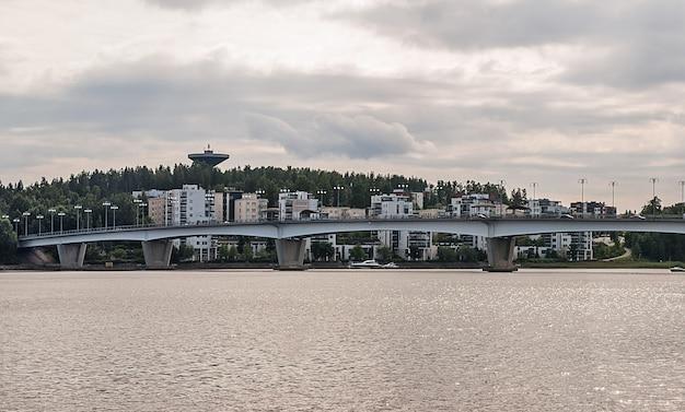Brug en huizen, jyvaskyla, finland. panorama