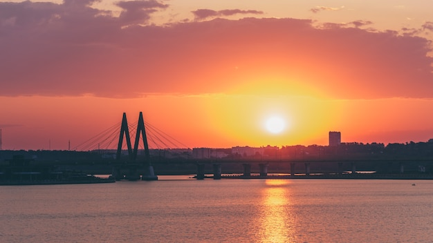 Brug gewijd aan millennium van de stad kazan bij zonsopgang.