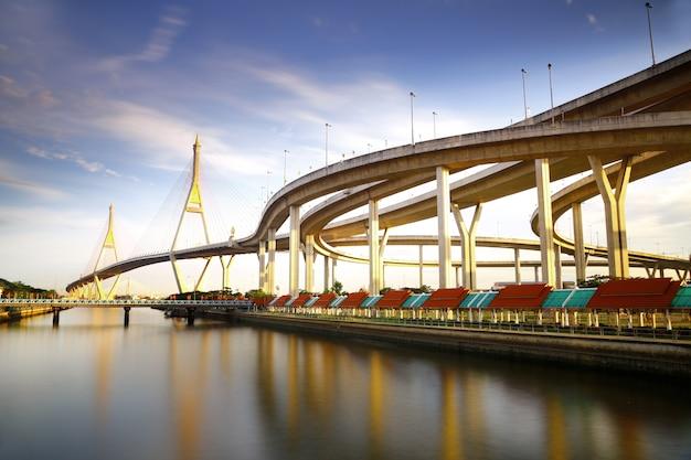 Brug in thailand, de brug doorkruist de chao phraya rivier twee keer in de blauwe lucht.