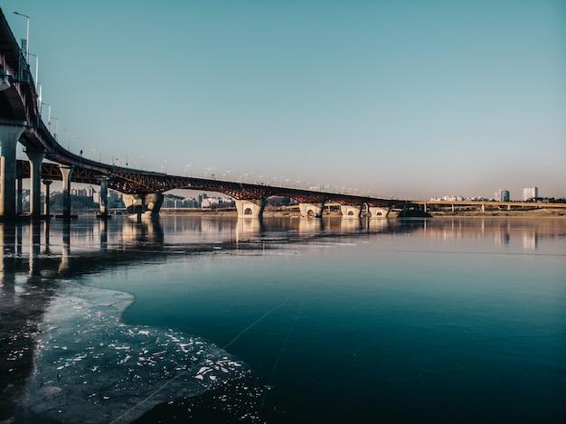 Brug naar de stad. hommelcamera zicht op rivier en natuur