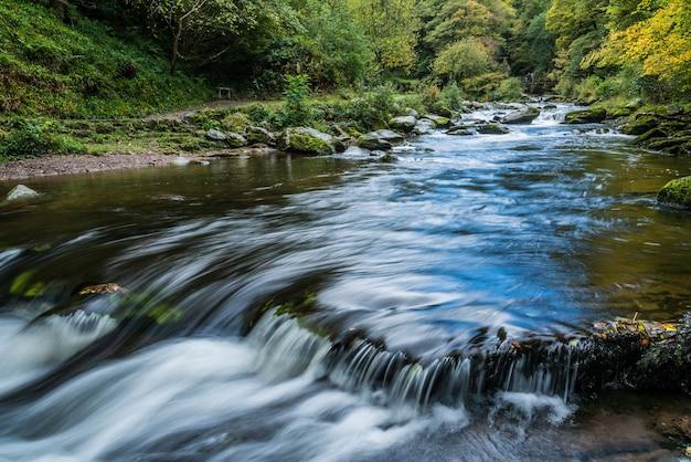 Brug over de east lyn river bij lynmouth in devon on