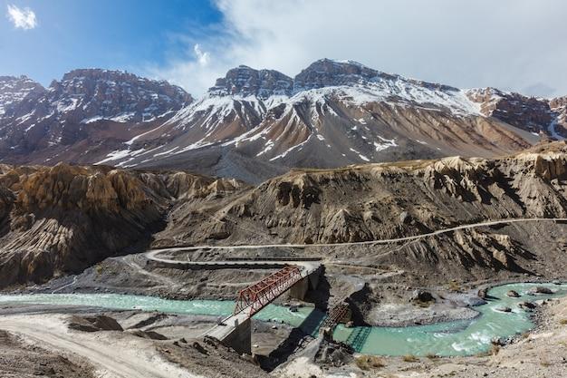 Brug over de rivier de spiti. spiti valley. himachal pradesh, india
