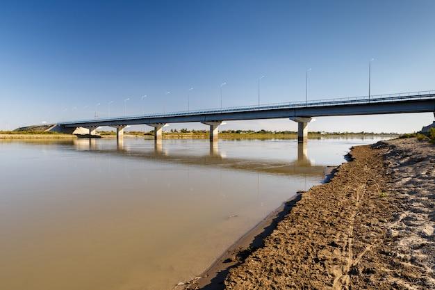 Brug over de rivier de syr darya, kazachstan.