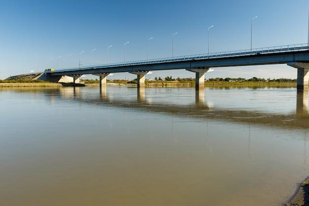 Brug over de rivier de syr darya, zhosaly, kyzylorda province, kazachstan.