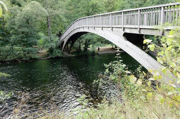 Brug over de rivier in een park