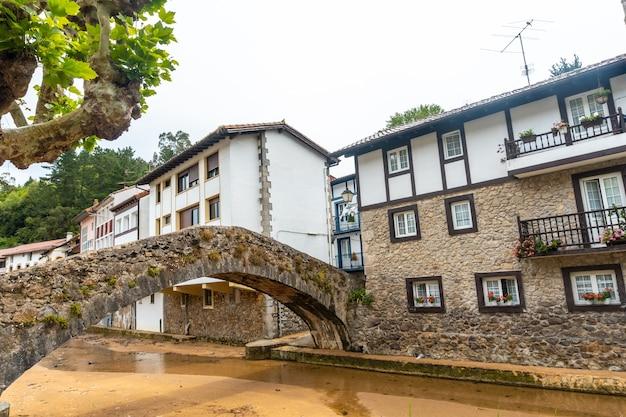 Brug over de rivier van de gemeente ea in de buurt van lekeitio, golf van biskaje in de cantabrische zee. baskenland