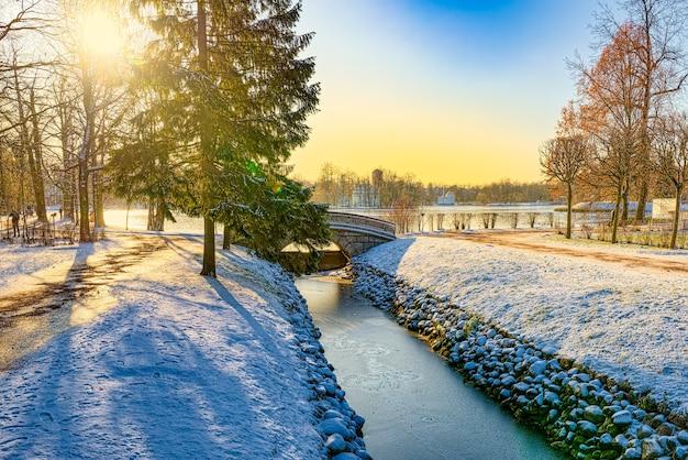 Brug over het viskanaal in catherine park, tsarskoye selo (poesjkin). sint petersburg. rusland.