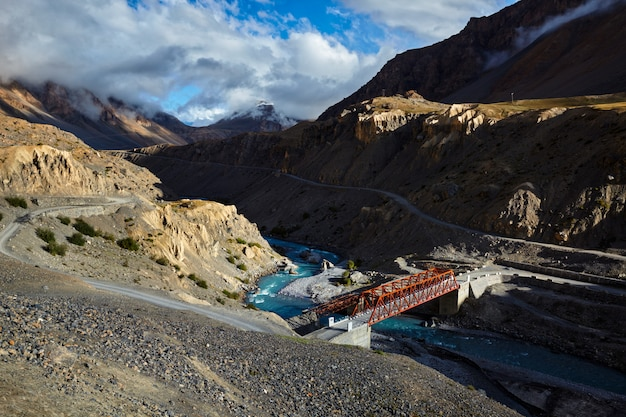 Brug over spiti-rivier in himalayagebergte op zonsondergang