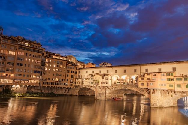 Brug ponte vecchio 's nachts