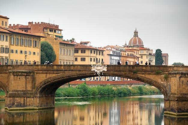 Brug van de heilige drievuldigheid ponte santa trinita op de rivier de arno in florence. italiaans.