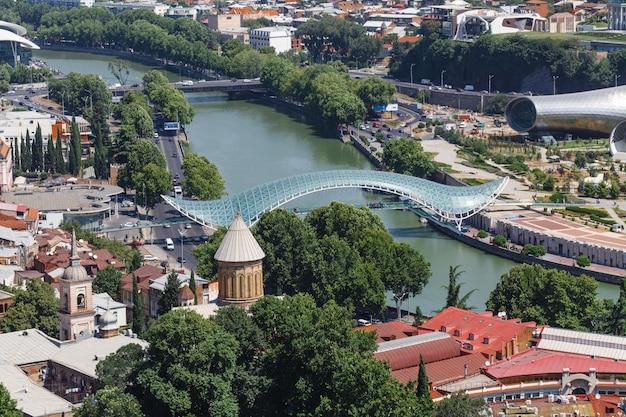 Brug van vrede in tbilisi, georgië. brug is een van de nieuwe symbolen van tbilisi