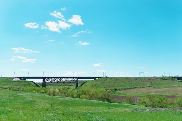 Brug voor vervoer per spoor op groene natuur. prachtig zomers landschap