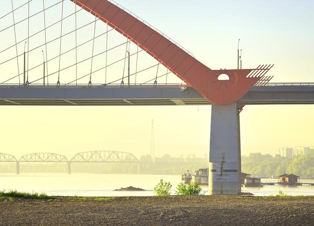 Bruggen op de ob. bugrinskij en spoorbruggen in de ochtendmist