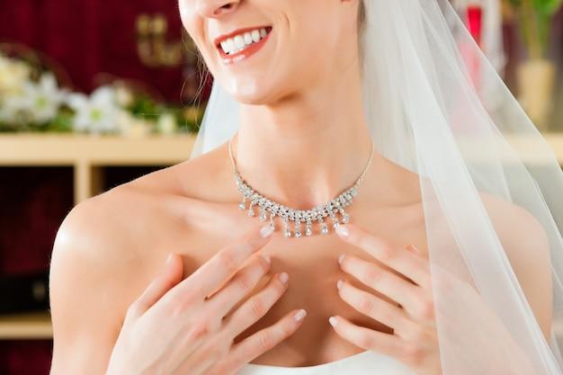 Bruid bij de kledingwinkel voor trouwjurken