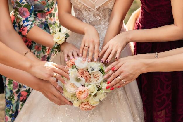 Bruid, bruidsmeisjes en bruiloft boeket