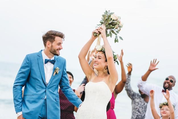 Bruid die bloemboeket gooit aan gasten