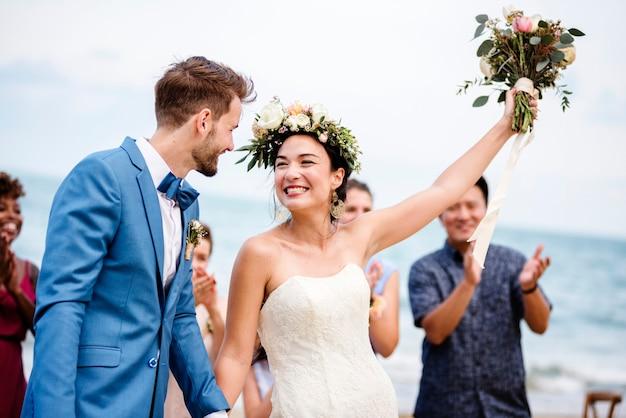 Bruid die een boeket bloemen naar de gasten gooit