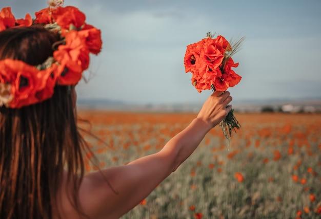 Bruid die een boeket van papaverbloemen houdt