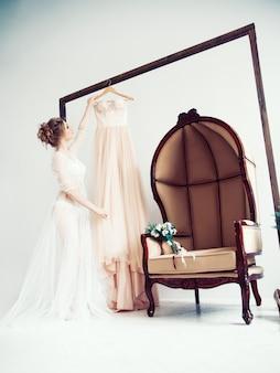 Bruid die een jurk kiest voor de huwelijksceremonie. foto met kopieerruimte