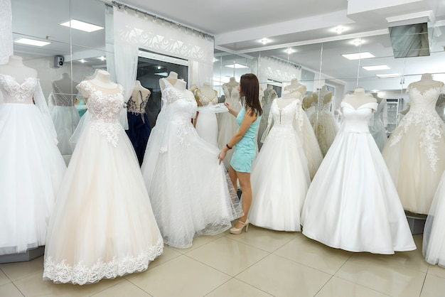 Bruid die geweldige trouwjurk kiest op een mannequin
