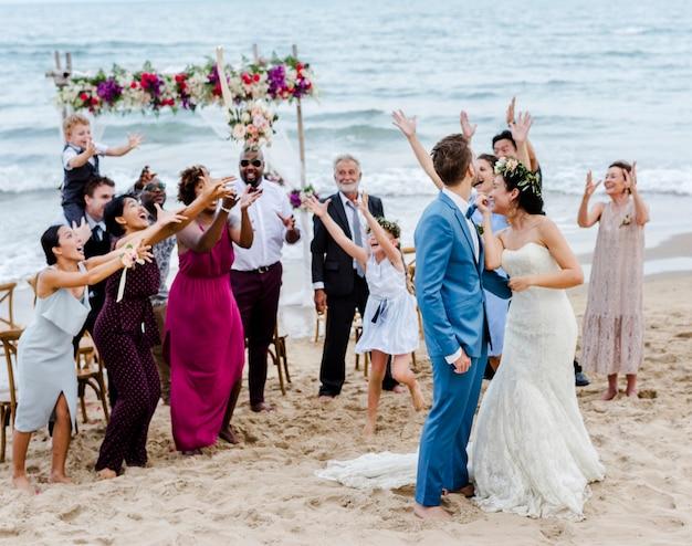 Bruid die het boeket werpt bij huwelijk
