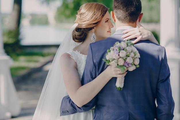 Bruid die het gezicht van haar bruidegom