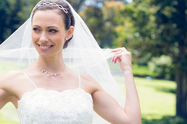 Bruid die zelf in tuin onthult
