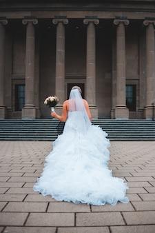 Bruid die zich voor het gerechtsgebouw bevindt