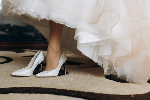 Bruid draagt haar bruids hakken
