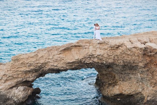 Bruid en bruidegom aan zee op hun trouwdag