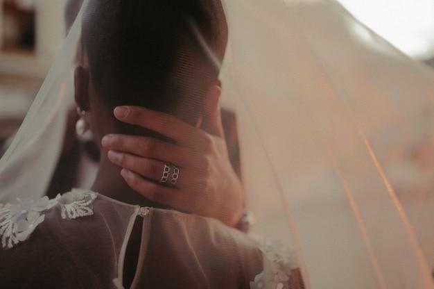 Bruid en bruidegom bedekt met sluier