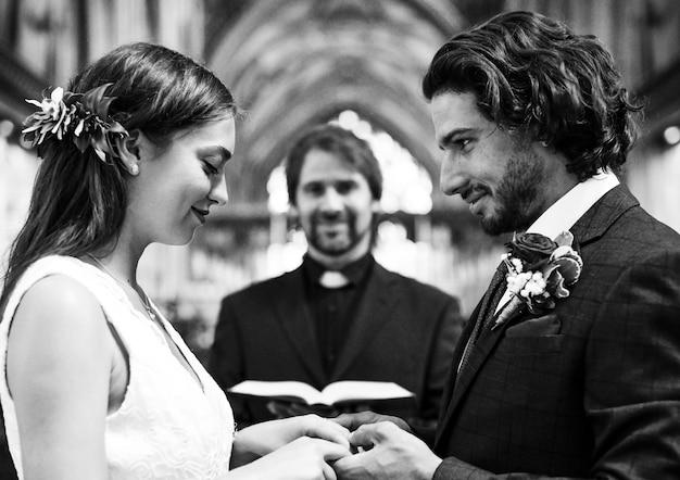 Bruid en bruidegom bij het altaar
