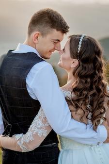 Bruid en bruidegom bij zonsondergang romantisch echtpaar