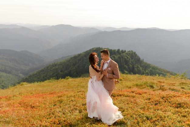 Bruid en bruidegom. bruiloft fotosessie in het berglandschap.