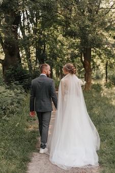 Bruid en bruidegom buiten in het park