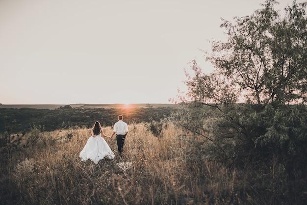 Bruid en bruidegom buiten