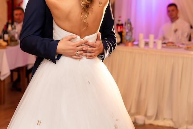 Bruid en bruidegom dansen op bruiloft