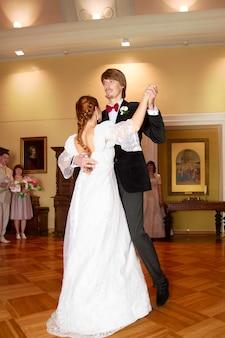 Bruid en bruidegom dansen