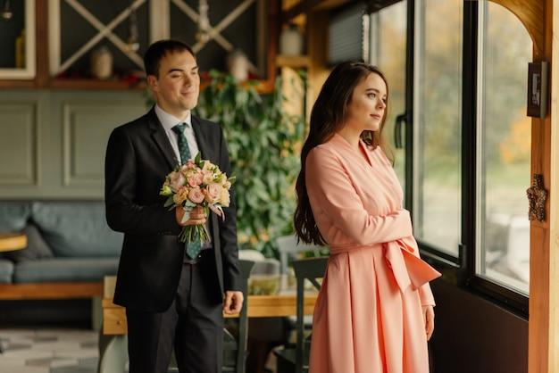 Bruid en bruidegom. de eerste ontmoeting van de eerste blik van het bruidspaar in de ochtend in het café.